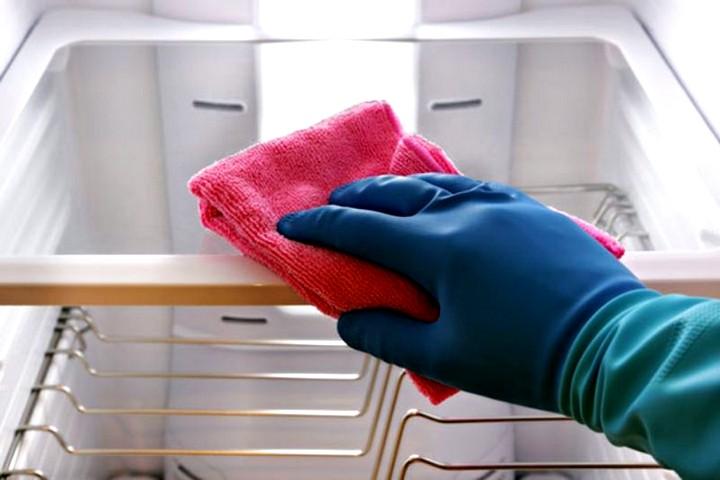 Как убрать запах с холодильника2