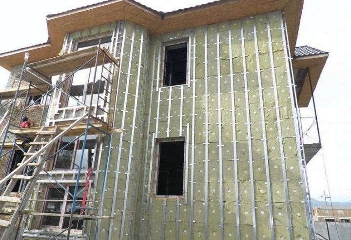 Для отделки фасадов цокольными панелями достаточно одной секции лесов