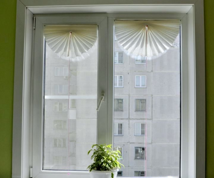 Готовые жалюзи на окне