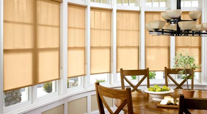 Рулонная штора на кухонном окне2