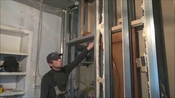 Монтаж полотна сдвижной двери внутри перегородки из гипсокартона