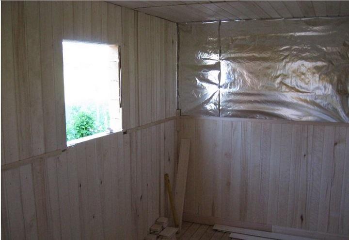 Использование фольгированной пленки в щитовой бане резко снижает расход дров