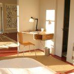Фото 62: Угловой стол-полка в спальне