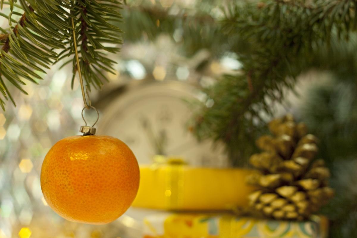Украшение елки мандаринами