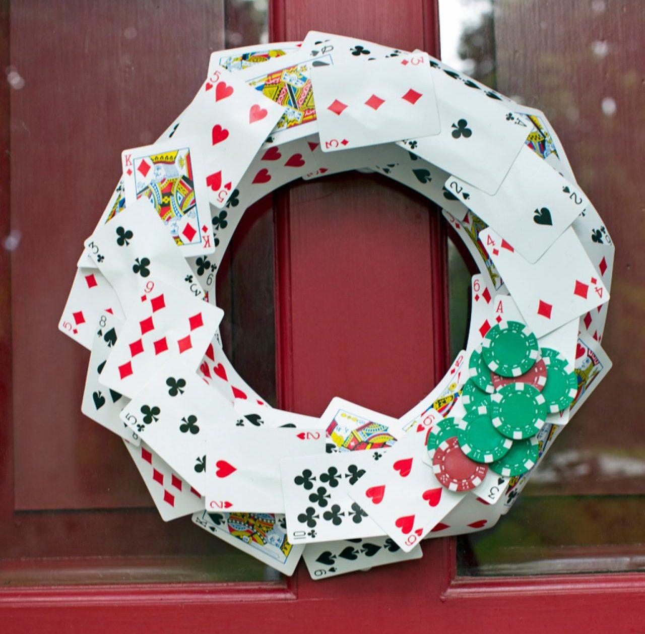 Рождественский венок из карт и фишек