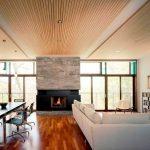 Фото 54: Реечный деревянный потолок в дизайне современной гостиной