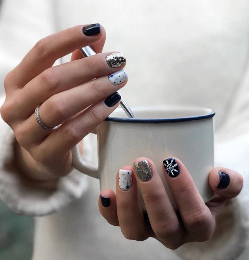 Новогодний дизайн коротких ногтей маникюр