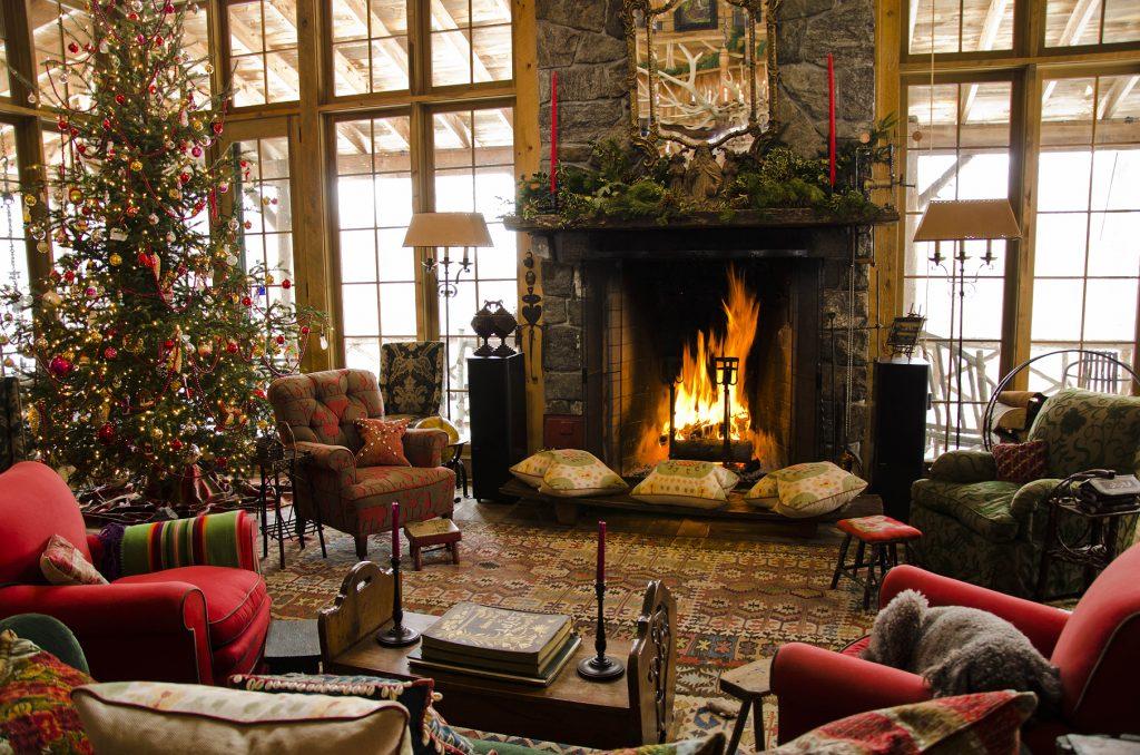 Комната в традиционных рождественских цветах