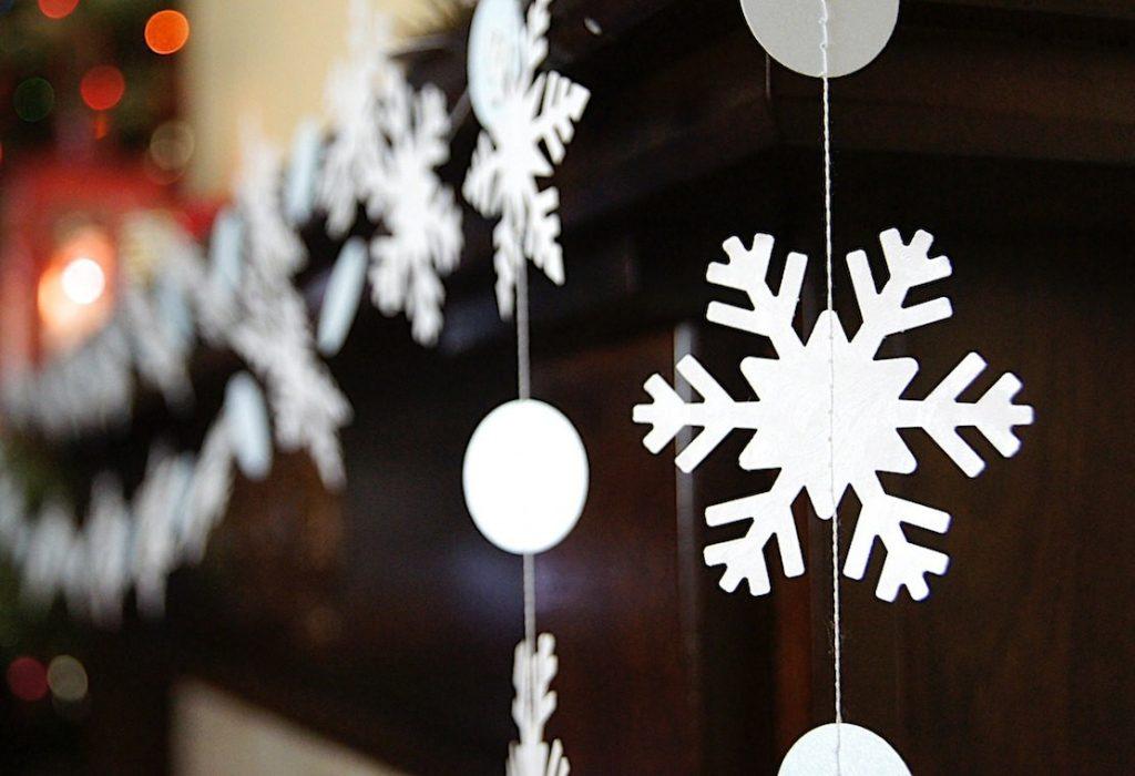 Гирлянда из снежинок на Новый Год