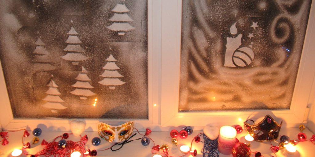 Рисунок на окне зубной пастой на Новый Год