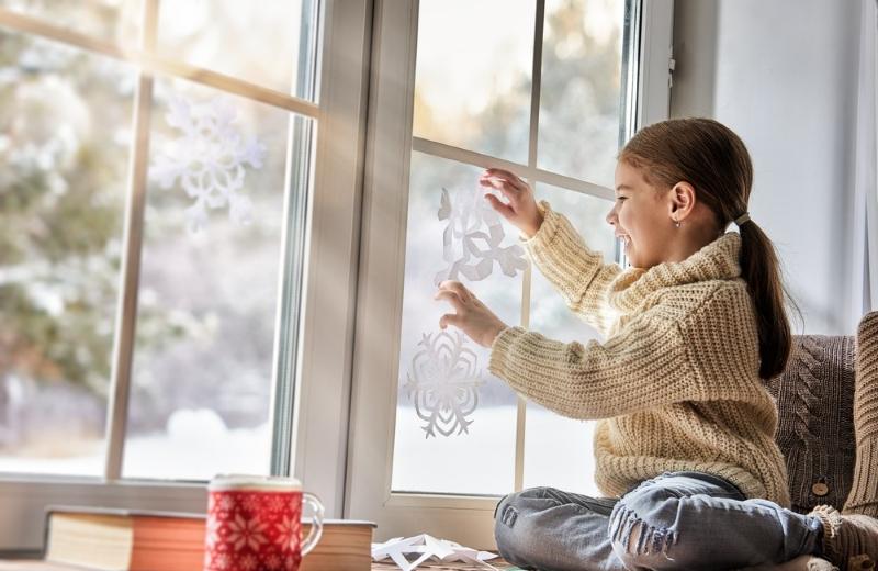 Украшение окна снежинками