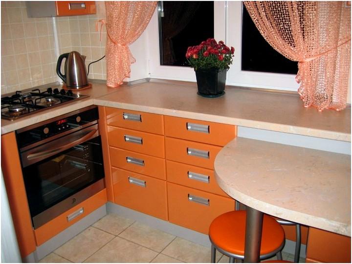 Дизайн кухни в хрущевке с холодильником шторы