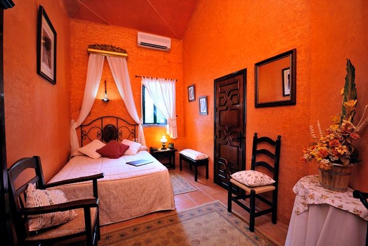Терракотовый цвет в интерьере спальни 2