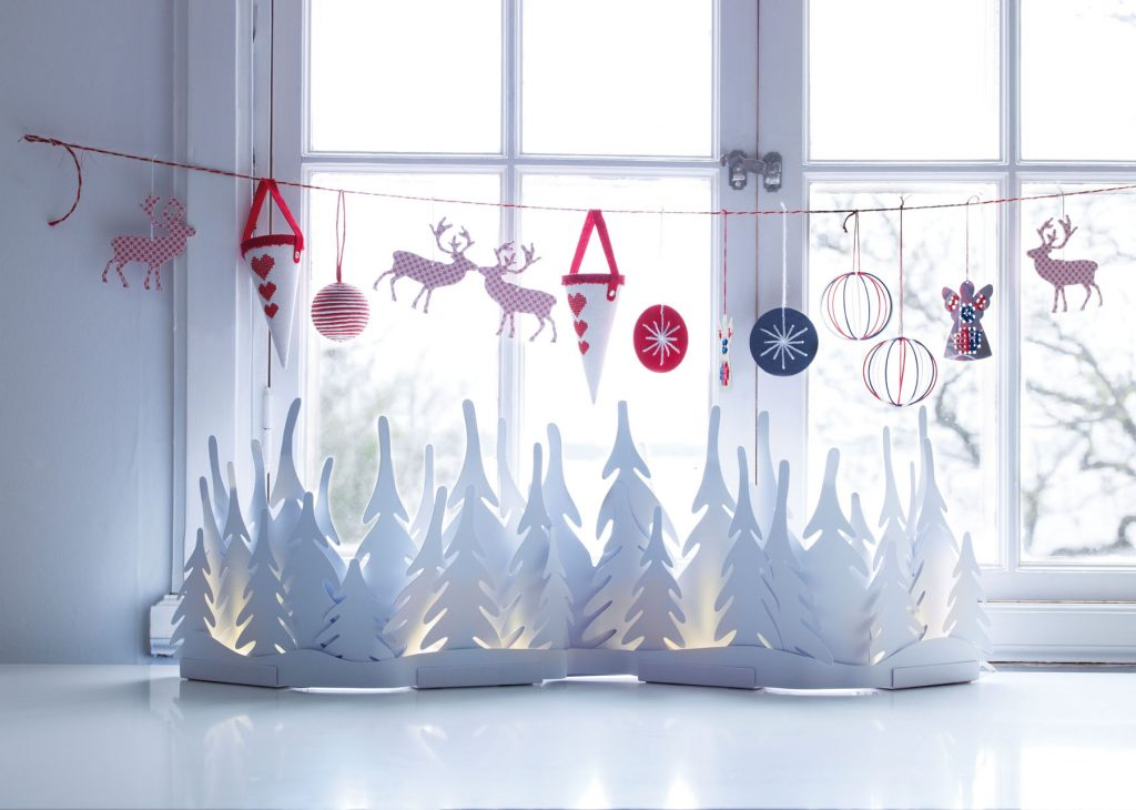 Бумажный декор окна на Новый Год