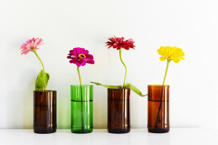 Как сделать вазу из стеклянных бутылок?