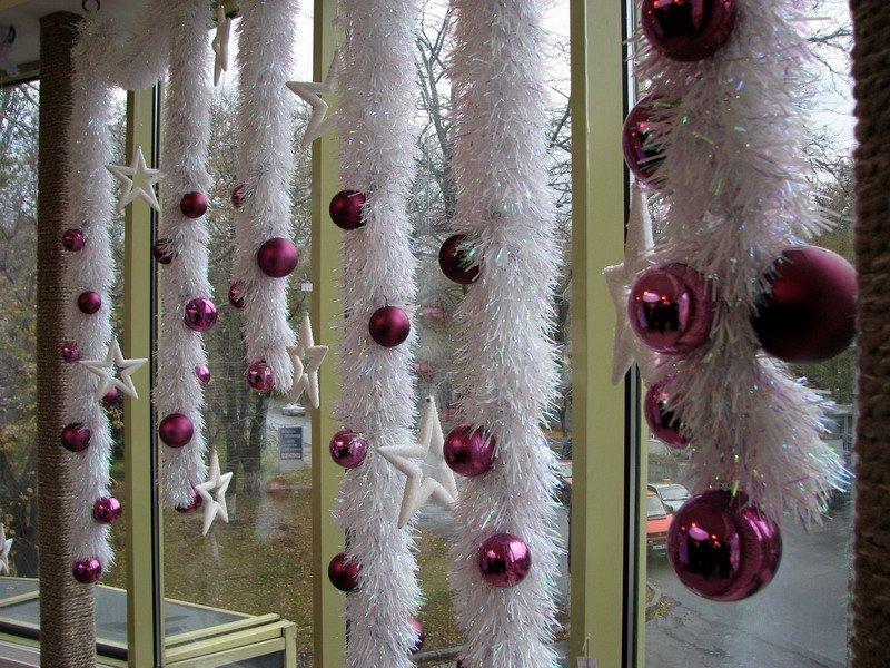 Новогоднее украшение окон мишурой