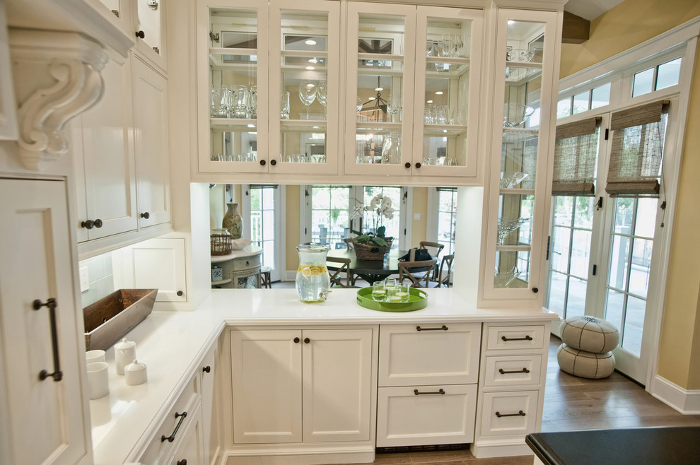 Прозрачные дверцы гарнитура на кухне