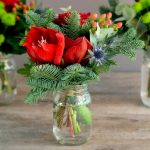 Фото 21: Украшение елового букета цветами