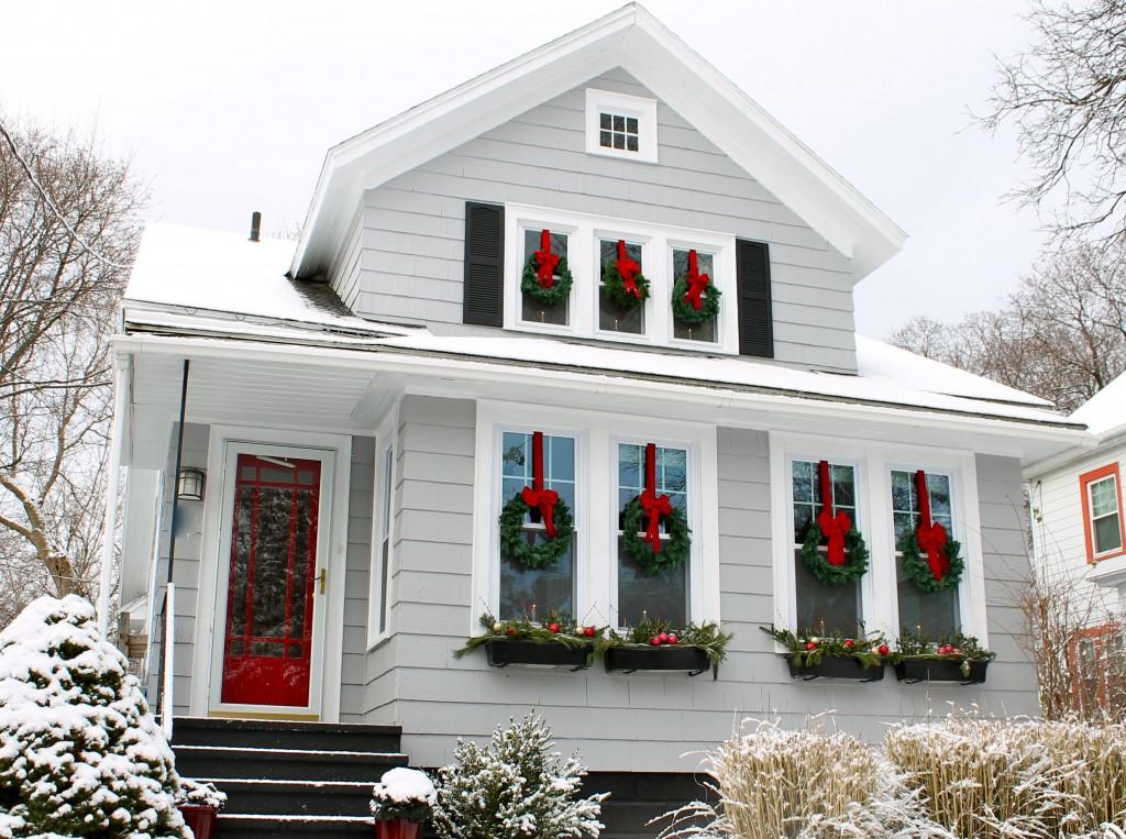Украшение окон рождественскими венками