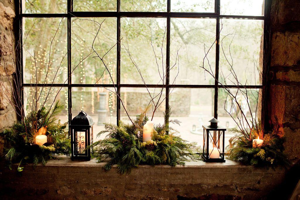 Украшение окна свечами и еловыми ветками