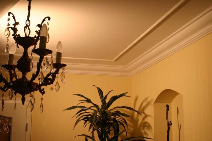 Как установить плинтус под натяжной потолок