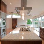 Фото 31: Кухонная металлическая островная вытяжка над плитой