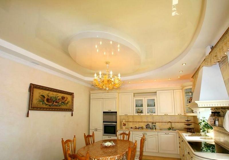 Дизайн светлого кухонного натяжного потолка с гипсокартонными элементами