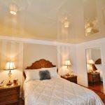 Фото 59: Спокойный пастельного цвета натяжной потолок в спальне