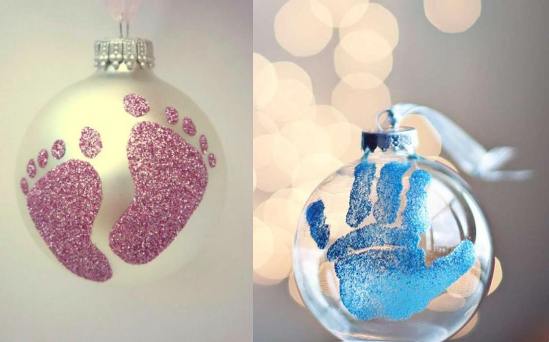 Украшение новогодних шариков отпечатками детских ножек и ладошек