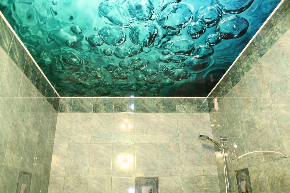 Натяжной потолок с водным фото принтом для ванной