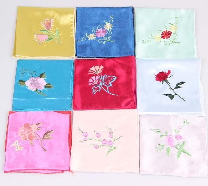Вышитые платочки для мамы на день рождения