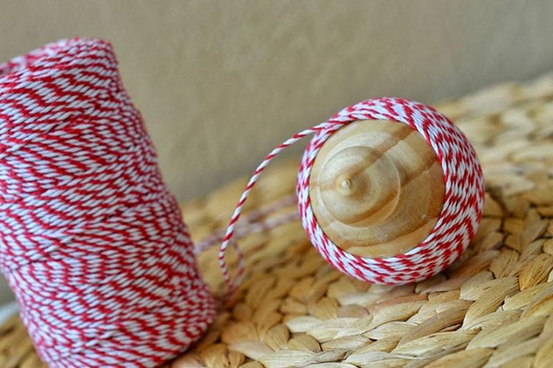 Украшение деревянной заготовки новогоднего шара плотной нитью