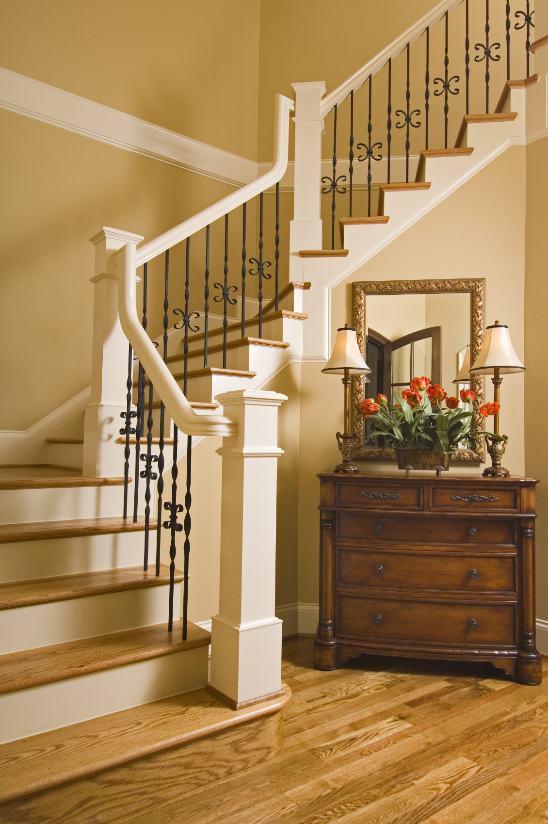 Лестница на второй этаж в частном доме с деревянными ступенями