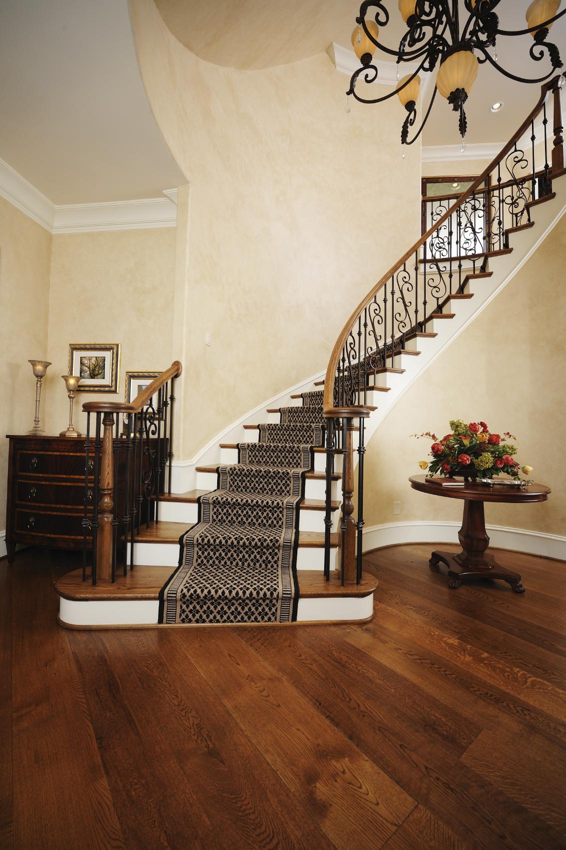 Лестница на второй этаж с ковром