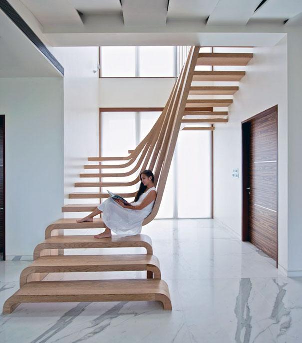 Лестница на второй этаж с необычными ступенями