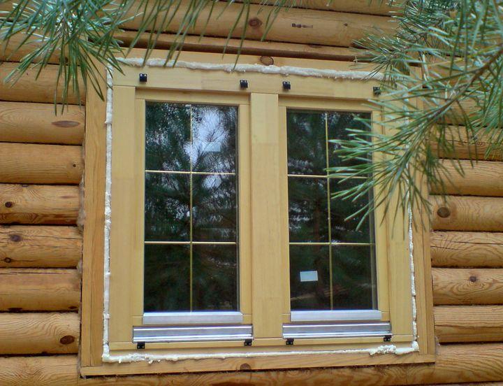 Установка окна из дерева в деревянном доме