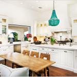 Фото 24: Контрастная люстра на светлой кухне