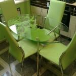 Фото 26: Овальный стеклянный стол на кухне