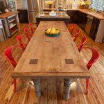 Фото 41: Длинный деревянный стол на кухне