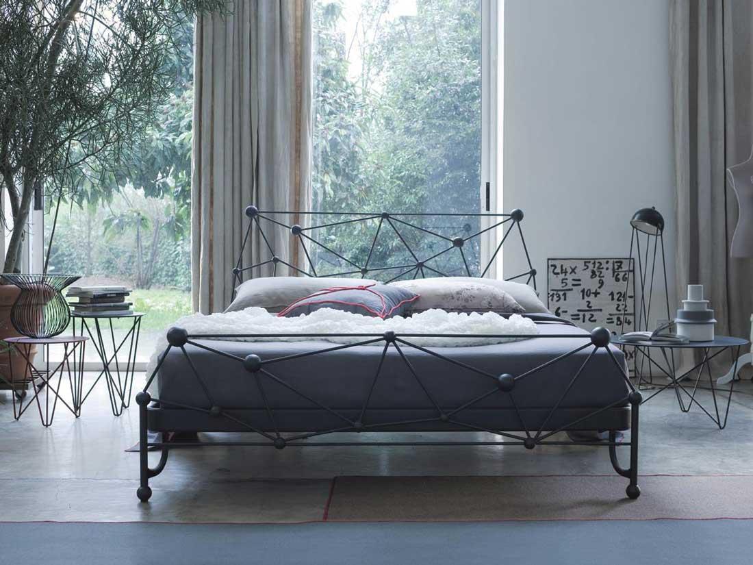 Металлическая двуспальная кровать в современном стиле