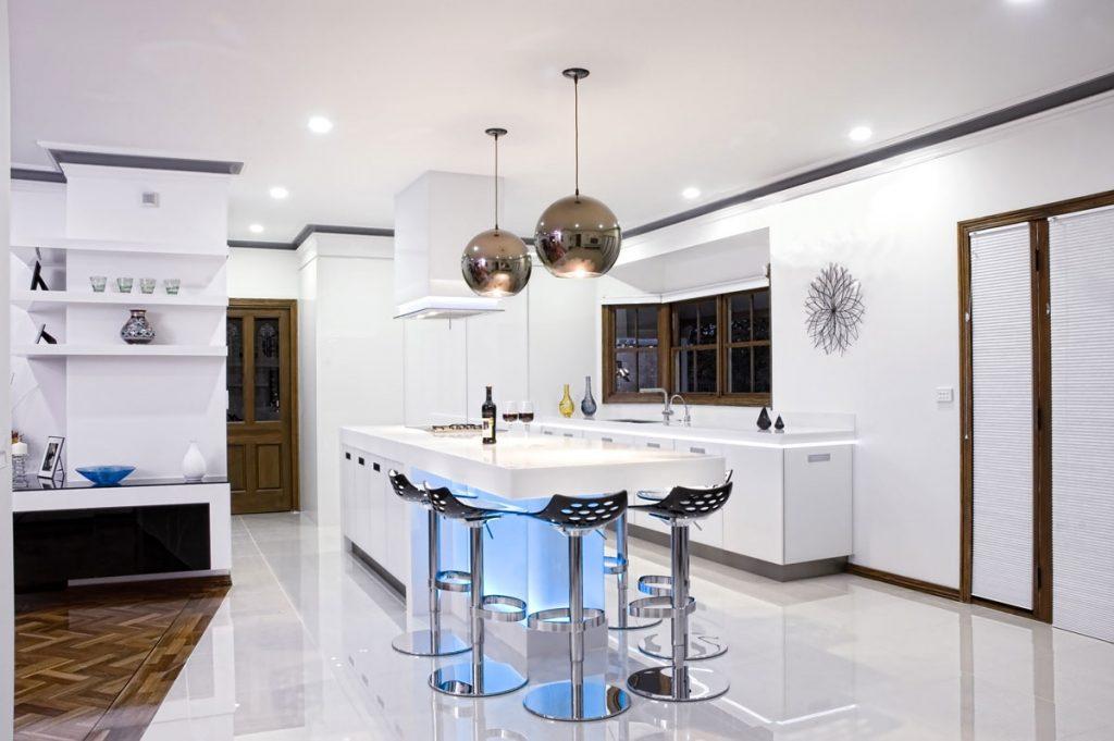 Люстра в дизайне кухни