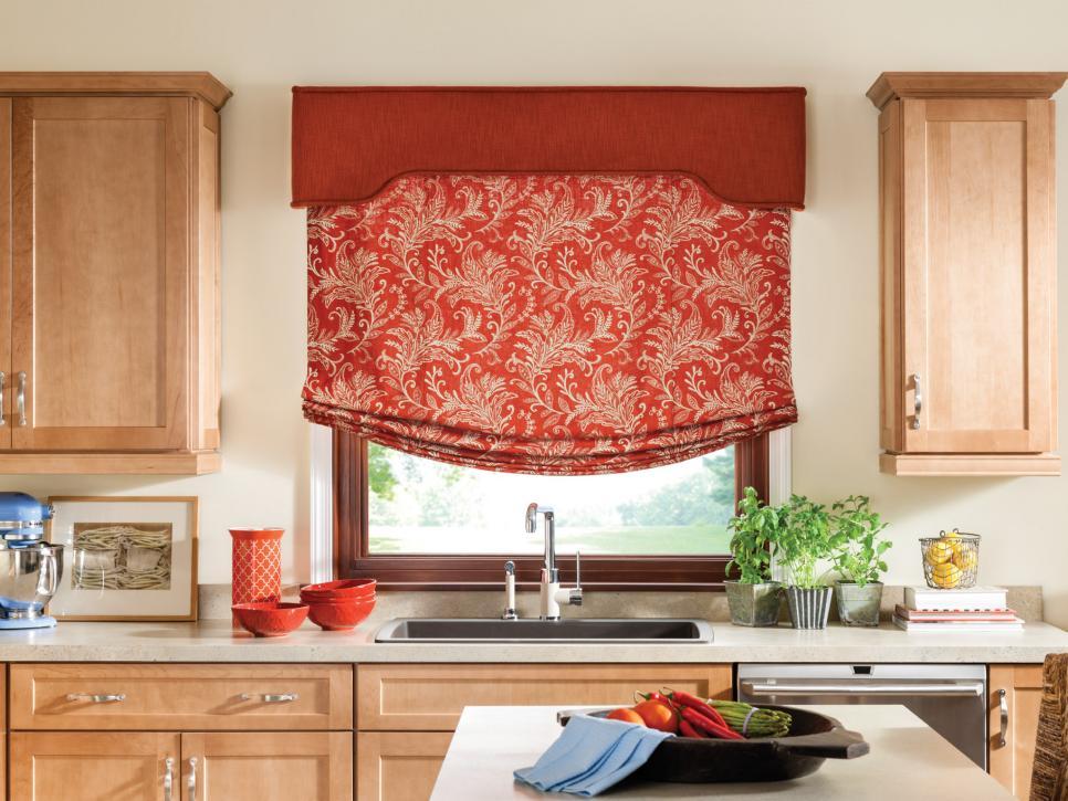 Римские шторы в классическом стиле с ламбрекеном