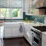Фото 78: Цветочные римские шторы на кухне
