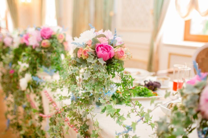 Украшение зала цветочными композициями