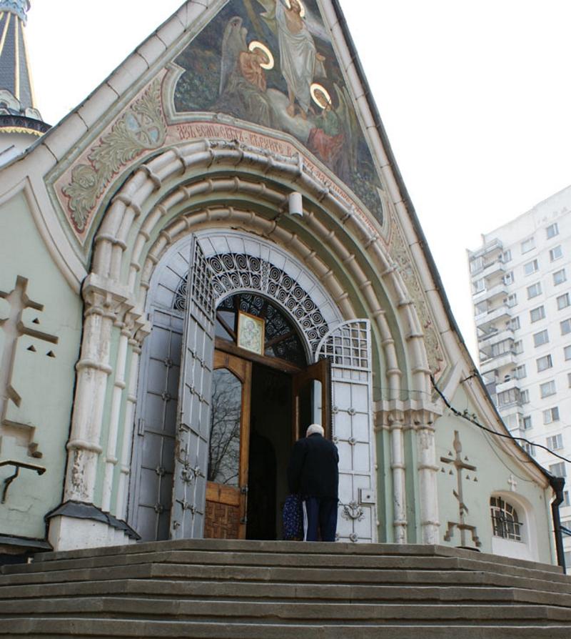 Открытые двери храма в Святую Седмицу