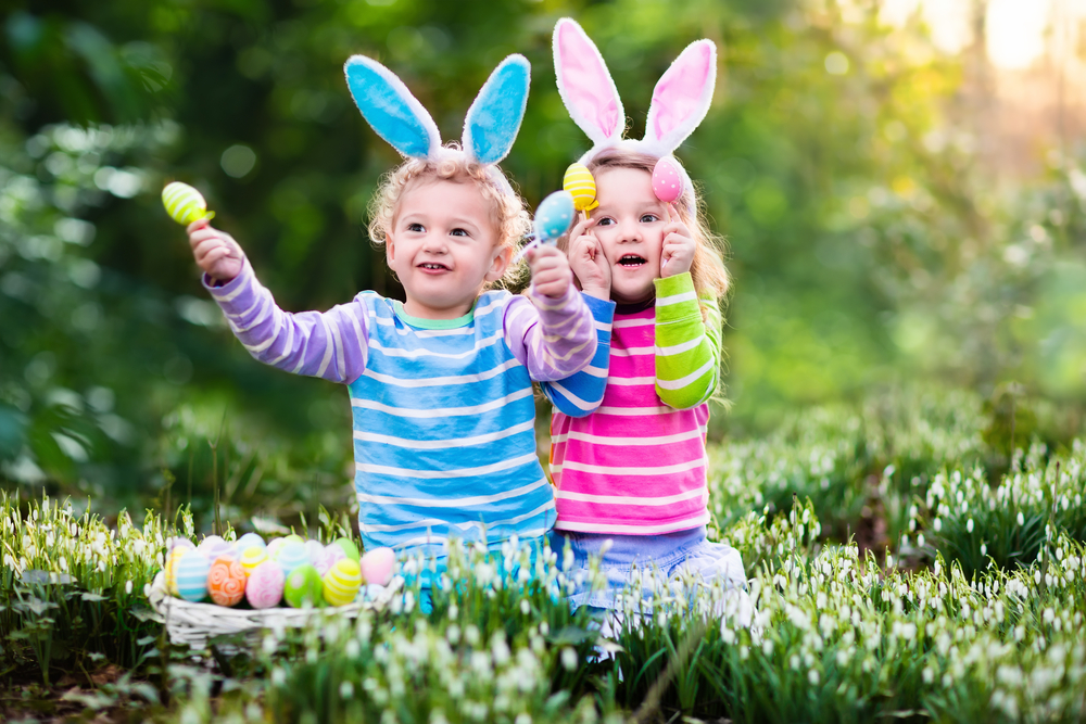Поиск пасхальных яиц вместе с детьми
