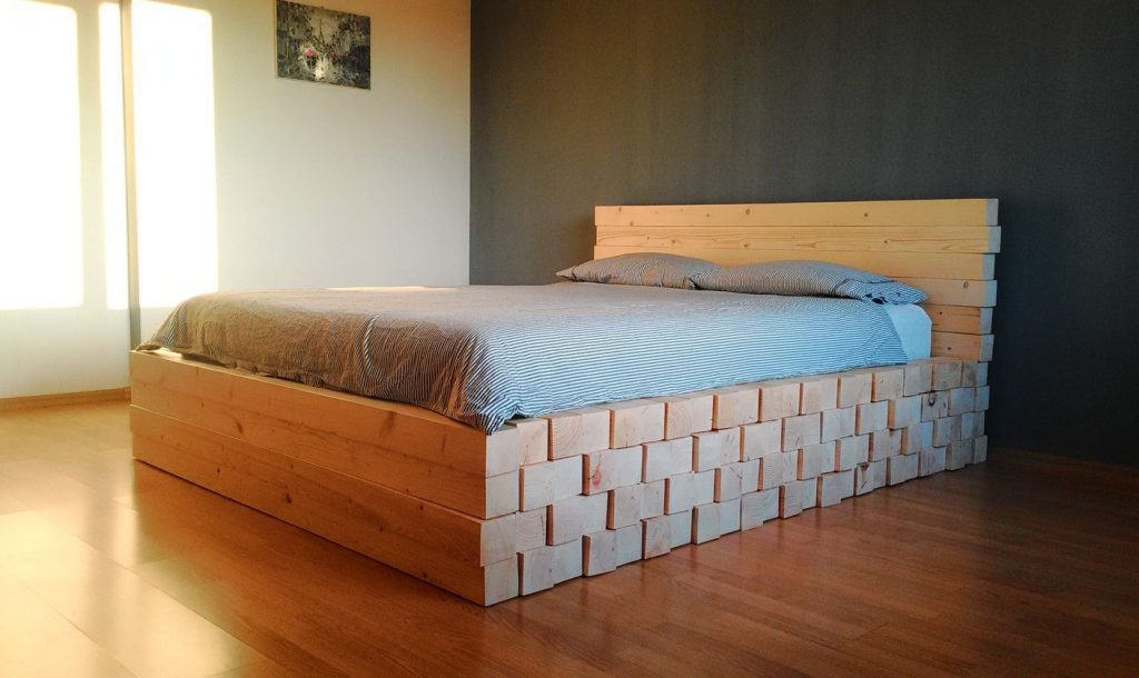 Необычная кровать из бруса