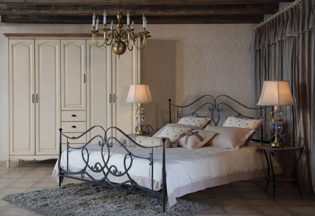 Кованая кровать в интерьере спальни