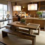 Фото 45: Стол-скамья деревянный на кухне