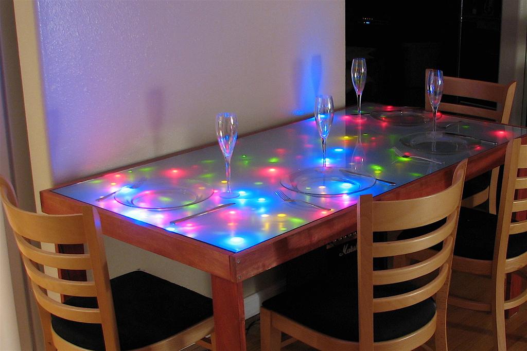 Кухонный стеклянный стол с подсветкой